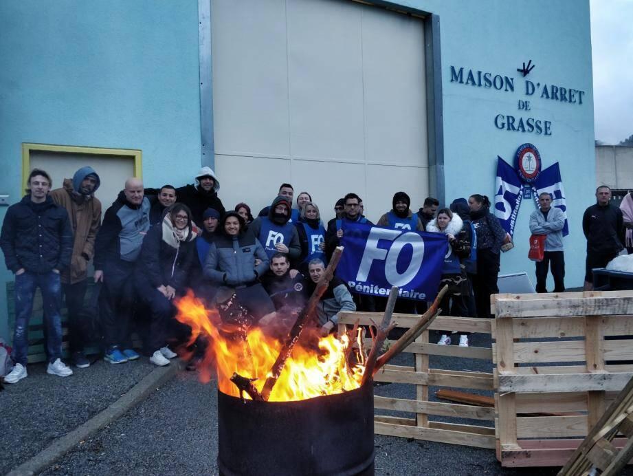 Un feu sans joie jeudi matin pour les personnels pénitentiaires devant la porte principale de la maison d'arrêt de Grasse.