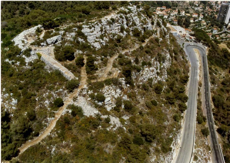 Le mont des Mules abrite un oppidum occupé par les Ligures, avant et pendant l'occupation romaine. Pourtant, ce site millénaire a failli être rasé en 1916!