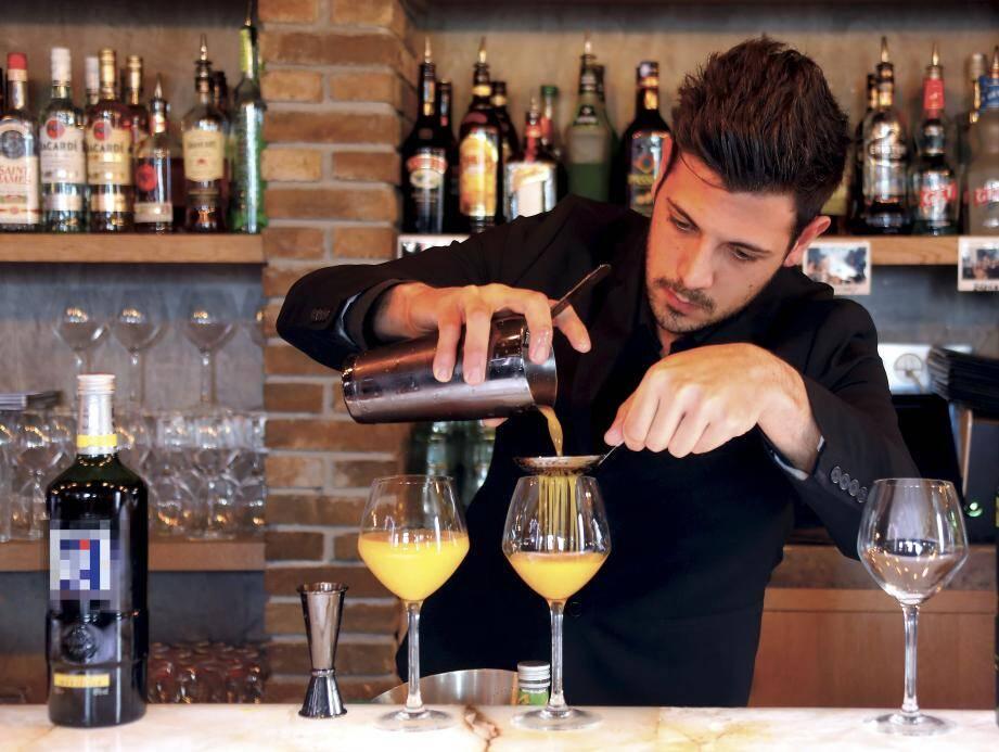 Quinze candidats  (ici Valentin Lapoirie du Radisson) se sont mesurés autour de la réalisation d'un cocktail à base de Pastis 51,