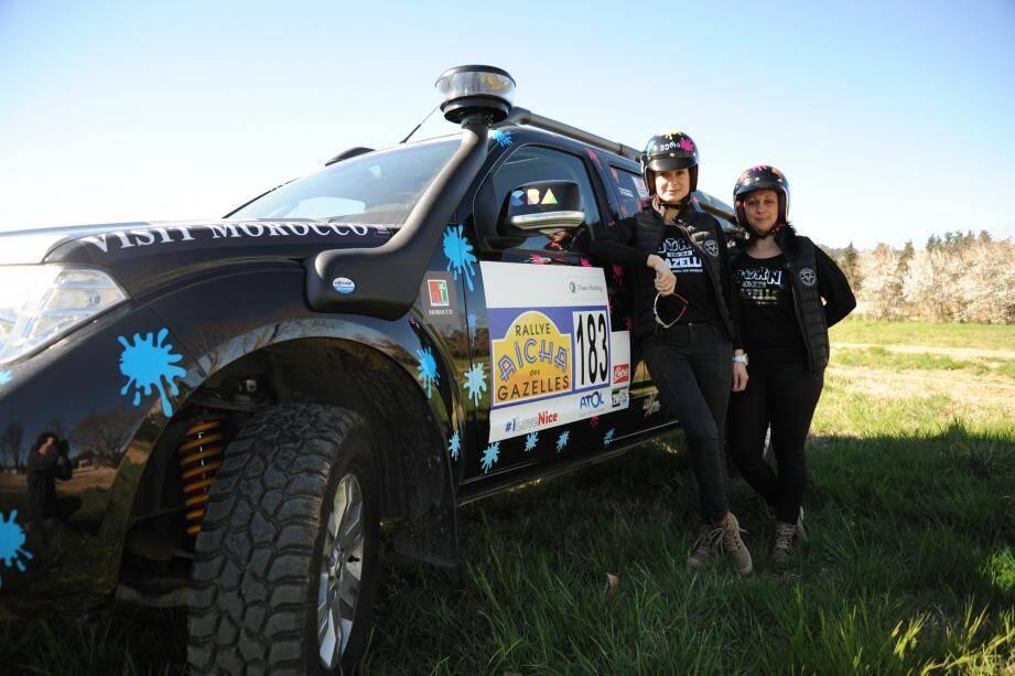 Véra, au premier plan, et Stéphanie sont motivées pour remporter le rallye et pourquoi pas se réinscrire pour une prochaine année.