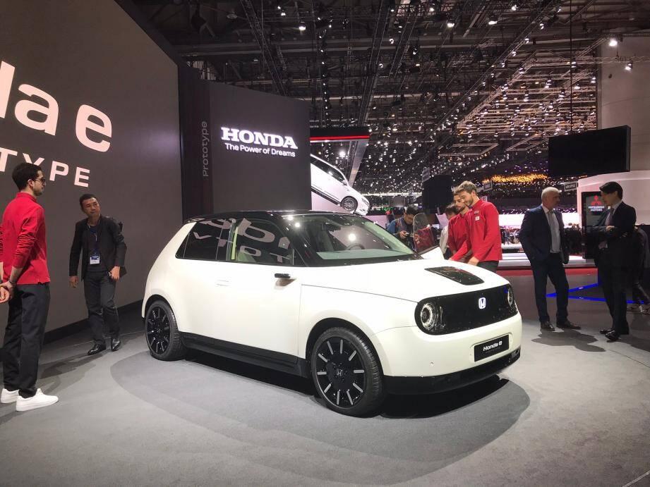 À l'image du e Prototype, un petit véhicule urbain que Honda commercialisera dans un an, tous les constructeurs lancent des modèles électriques pour abaisser leurs moyennes de CO2.