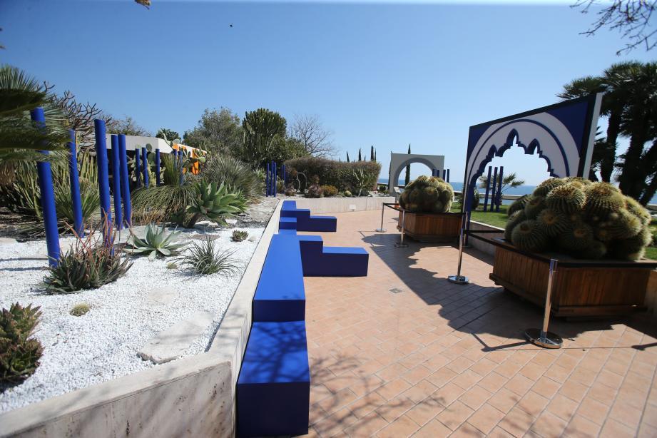 Silhouette mauresque, bleu électrique... le célèbre jardin Majorelle a hanté l'esprit des équipes qui ont conçu cet espace éphémère.