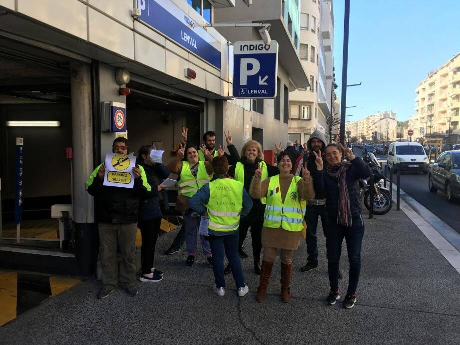 Une dizaine de gilets jaunes du département a commencé ce vendredi matin vers 9heures une opération parking gratuit à Nice-Ouest.
