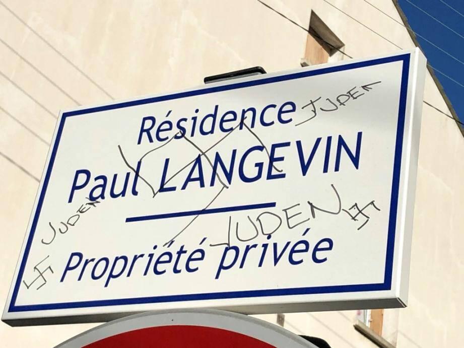 Tags antisémites dessinés sur un panneau à l'entrée d'une résidence, à Hyères.