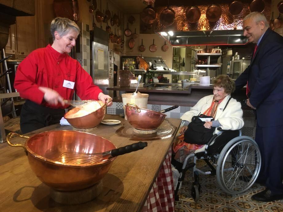 Maryse a dégusté la célèbre omelette de la Mère Poulard au cours de son séjour. Ici avec le maire d'Eze Stéphane Cherki.