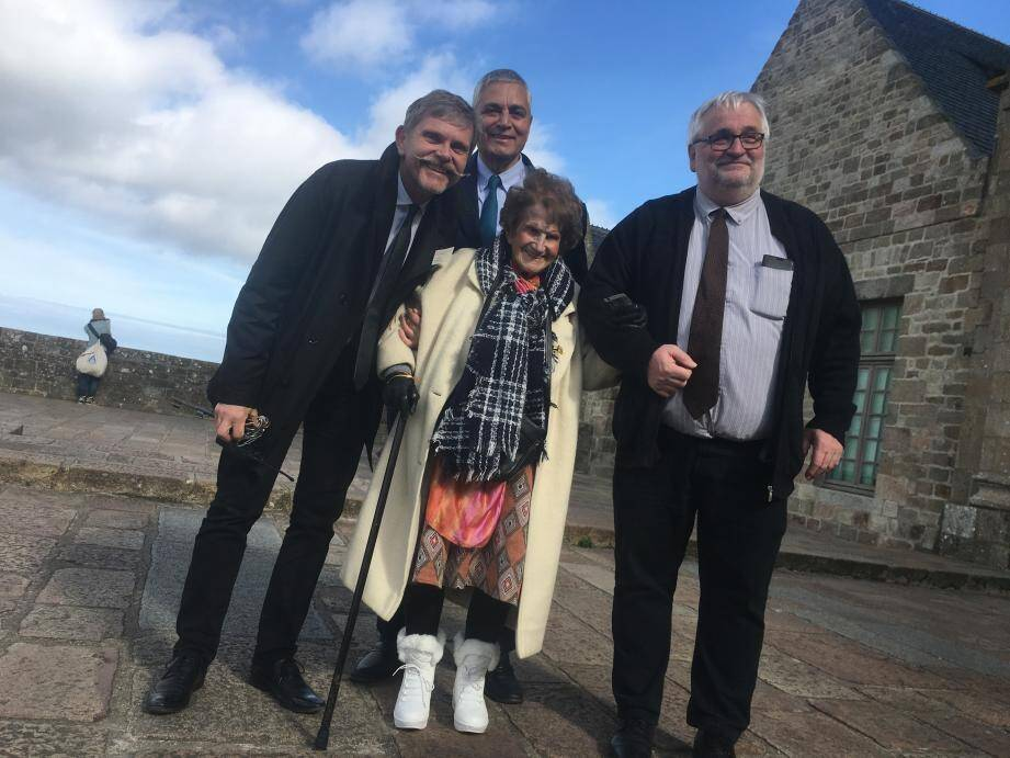 Maryse Lancioni entourée, de gauche à droite, par Xavier Bailly, administrateur de l'abbaye du Mont Saint-Michel, Stéphane Cherki, maire d'Eze, et Jean-Marc Julienne, vice-président du Conseil départemental de la Manche.