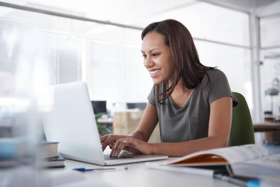 La flexibilité et l'autonomie sont deux avantages importants de la formation en ligne.