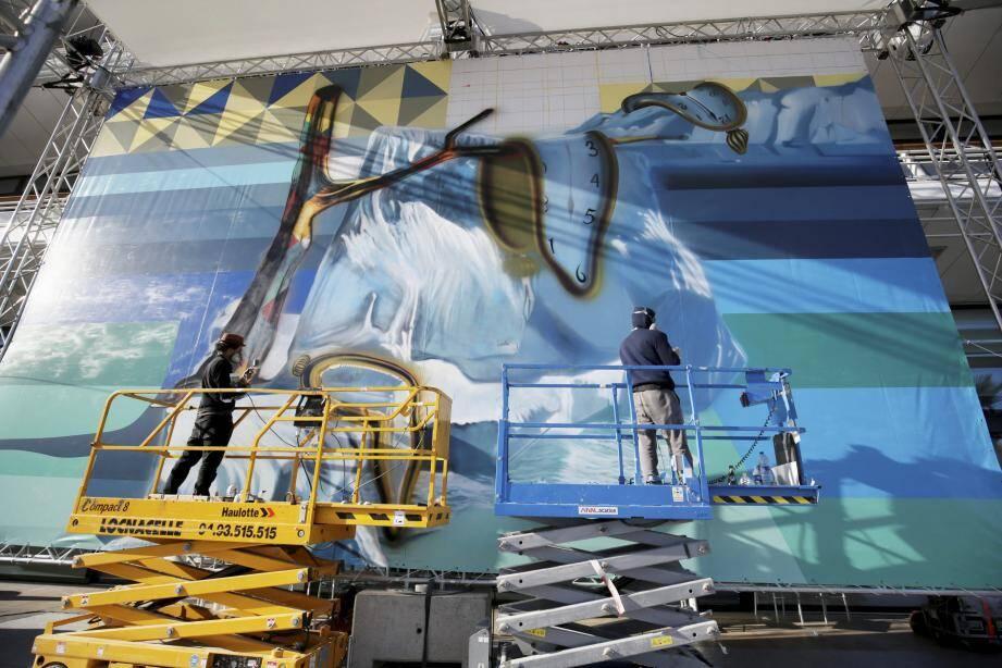 Réputé pour ses portaits géants d'artistes et icônes de la paix, Kobra doit terminer sa fresque sur l'environnement ce samedi, devant le Yacht-club de Monaco.