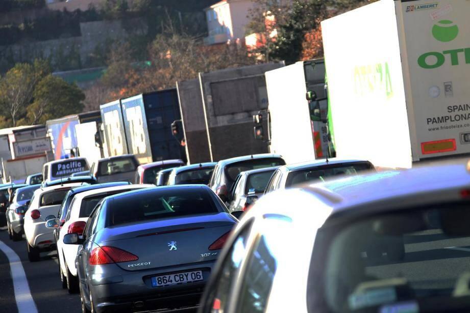 Les automobilistes voient rouge ce vendredi matin sur l'autoroute A8 entre les villes azuréennes.