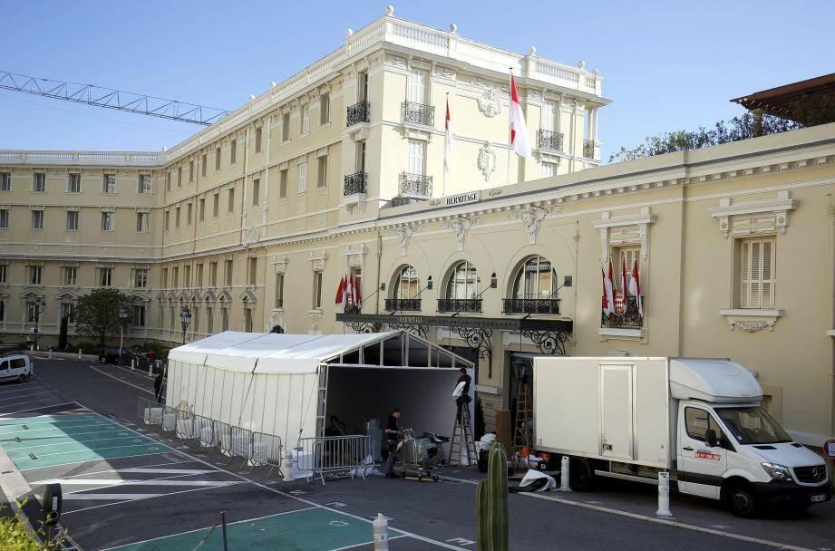 Ce vendredi, une tente a été montée devant l'entrée latérale de l'Hôtel Hermitage pour assurer la discrétion d'une éventuelle visite de la délégation chinoise.