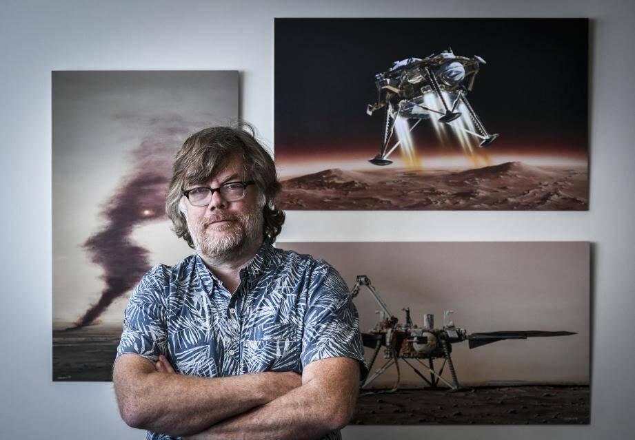 Philippe Lognonné, devant des photos du sismomètre SEIS.