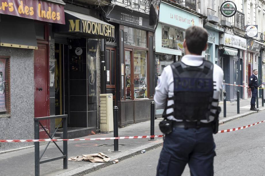 Un policier devant le bar où un jeune homme de 24 ans a été tué à Nantes.