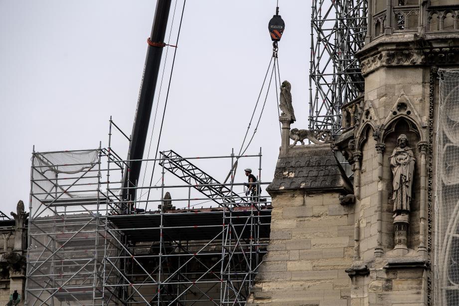 Des ouvriers sur le toit de Notre-Dame après l'incendie.