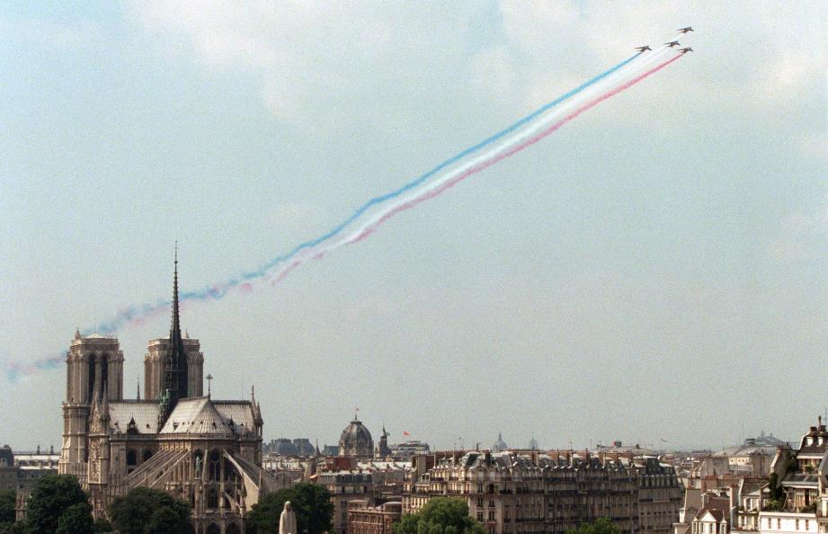 Quatre Alphajet de la Patrouille de France viennent de passer au-dessus des tours de Notre-Dame, le 08 juillet à Paris, lors d'une répétition aérienne du défilé militaire du 14 juillet 1998.