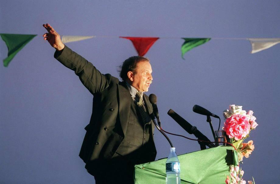 Le président algérien Abdelaziz Bouteflika face à ses supporters à Adrar en avril 1999.