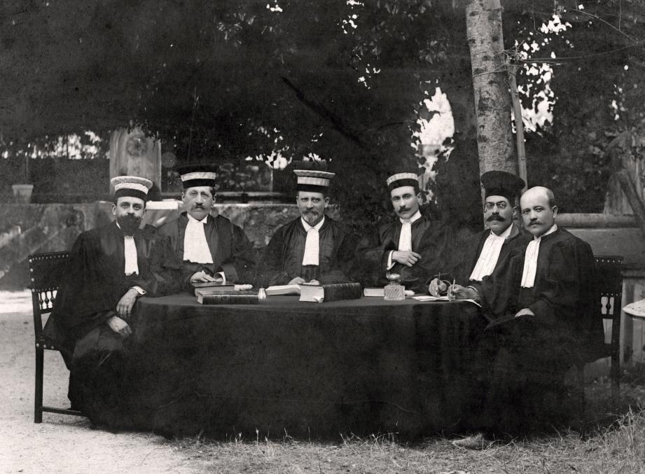 L'avocat Théodore Hallo, président du Tribunal de Nyons, au centre de la  photo, entouré de ses adjoints au terme d'une riche carrière..