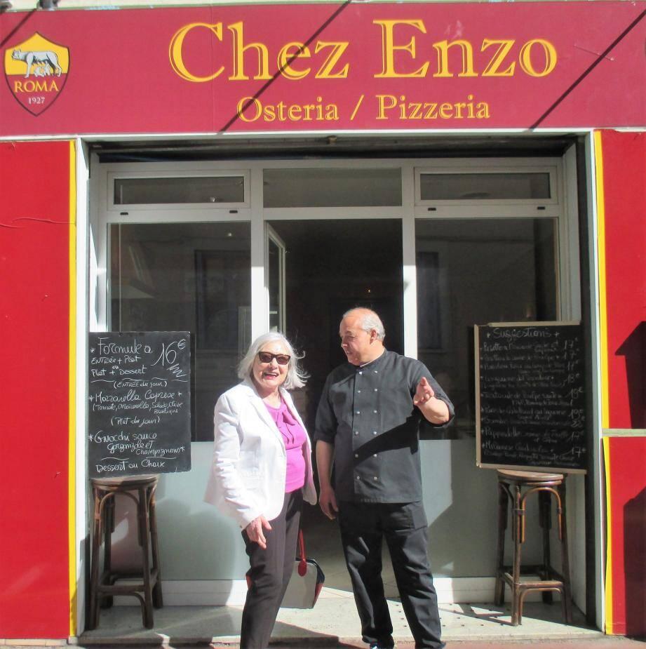 Suzy Finocchi et Enzo Turco devant le restaurant italien, Chez Enzo.
