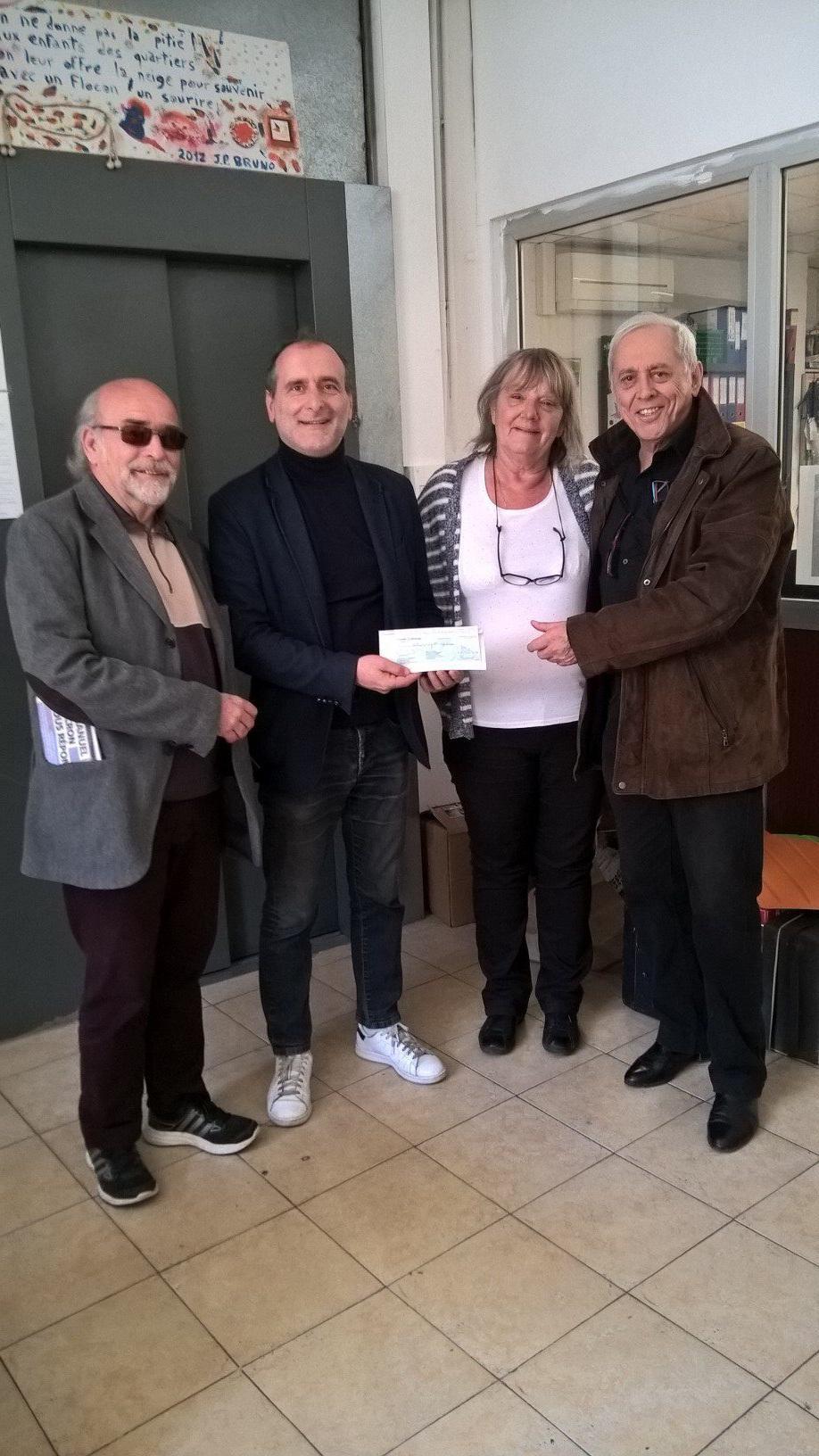 Richard Basso et Bernard Pinzaglia de l'association «Menton C'est Vous» ont remis un chèque de 790 euros aux responsables départementaux du Secours Populaire.(DR)