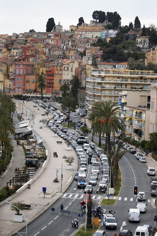 La circulation a été modifiée sur l'avenue Porte de France, pour permettre de laisser la chaussée ouest vierge de toute voiture inopportune.