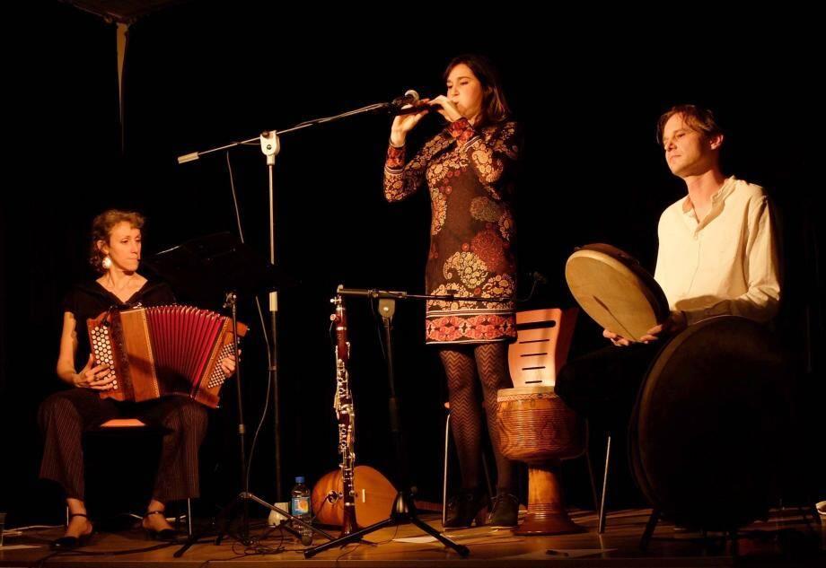Carole Marque-Bouaret au chant, clarinette turque, duduk, saz, Elsa Ille, à l'accordéon et Jérôme Salomon aux  percussions, feront revivre le répertoire commun de chants turcs et arméniens.  (DR)