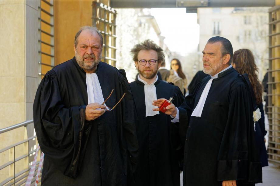 Mes Eric Dupond-Moretti, Antoine Vey (pour les pilotes) et Frank Berton (aux intérêts du commanditaire présumé) à l'entrée du palais Monclar à Aix-en-Provence.