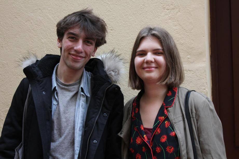 Aksel Gökçek et Florence Briault militent pour un vote aux Européennes.
