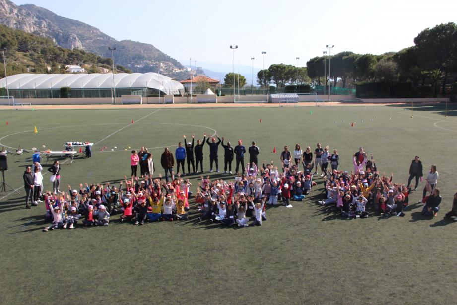 Les élèves et les animateurs ont investi sur trois demi-journées, le terrain de foot au Devens.