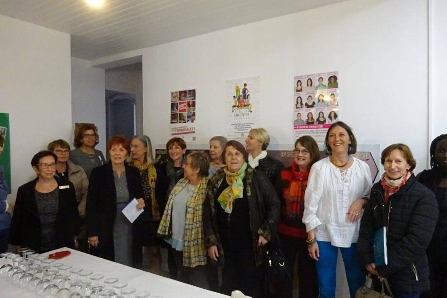 Geneviève Lévy, Michèle Lafitte et Joëlle Roche entourées de bénévoles et quelques-uns des membres actifs (au nombre de 26 dont des médecins et psychologues). Ci-dessous, présentation d'un jeu pour aborder la sexualité.