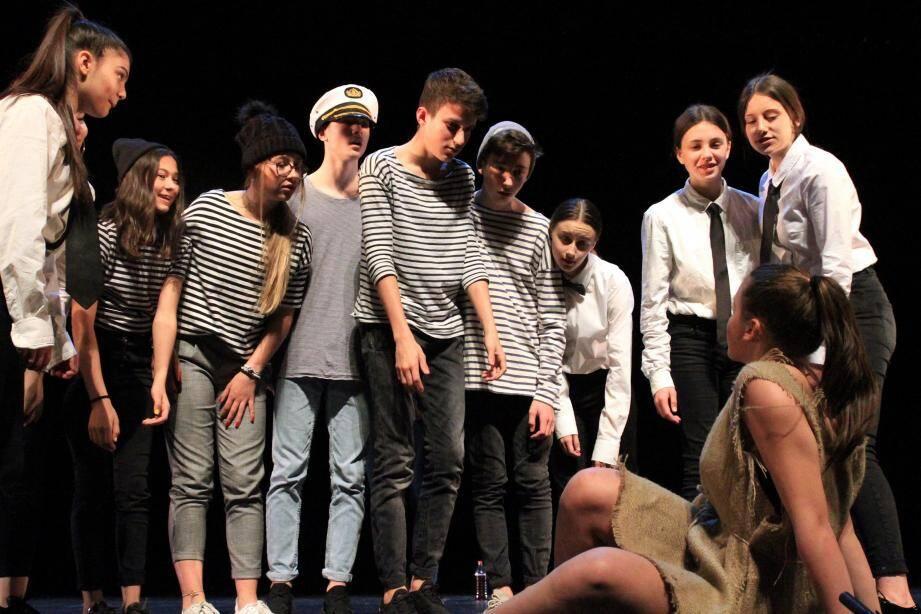 Voilà 4 ans que les adolescents, désormais en troisième, suivent une formation théâtrale. Ils ont remporté le prix de l'Interprétation au festival Shakespeare Freestyle.