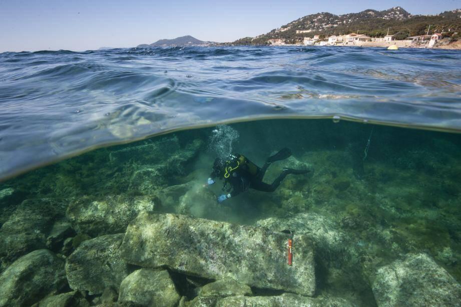 Les chercheurs ont débuté la campagne de fouilles sous-marines en utilisant un drone pour obtenir une vue d'ensemble du site (à gauche), avant de procéder à des relevés sur les vestiges immergés (au centre et à droite).