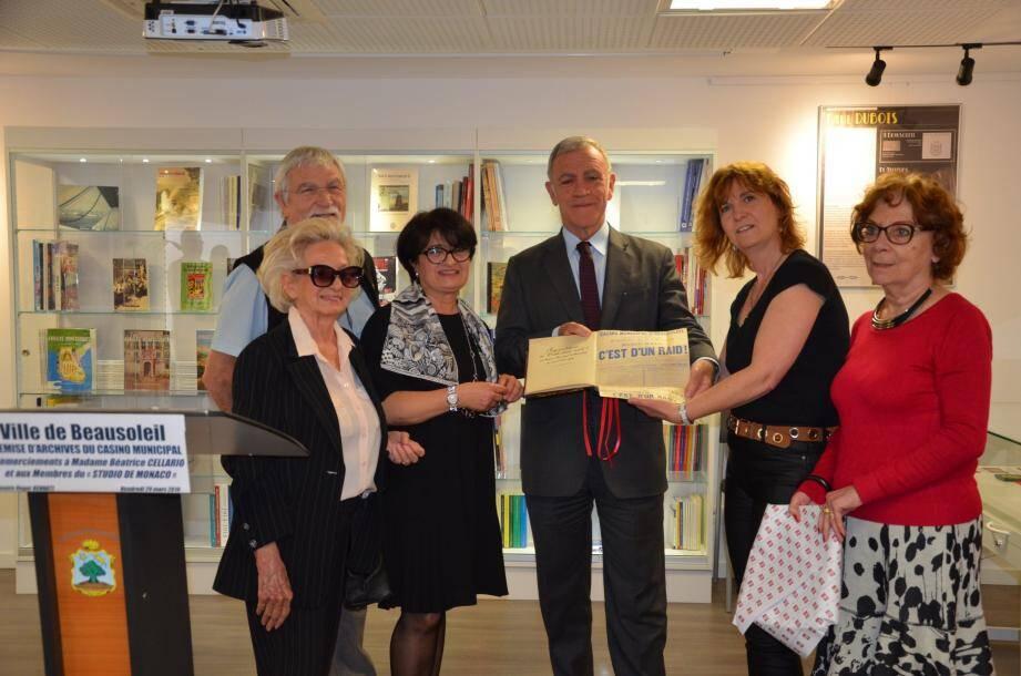 Béatrice Cellario, présidente du Studio de Monaco, a remis le précieux recueil au maire de Beausoleil, Gérard Spinelli.