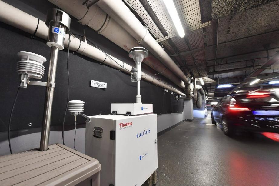 Des appareils ont capté la qualité de l'air à des points stratégiques du parking.