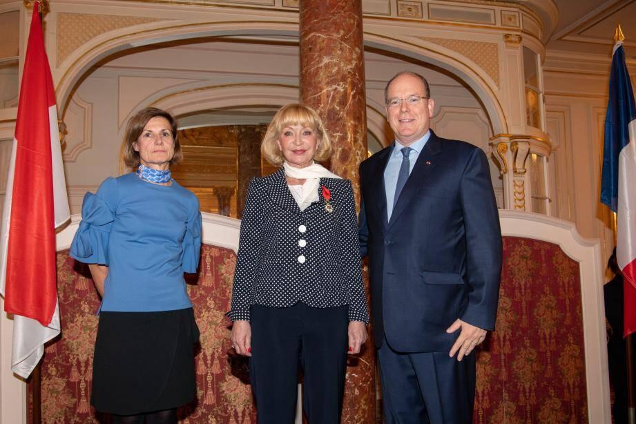 La présidente de la Fédération des groupements français de Monaco a reçu sa distinction des mains de l'ambassadrice de France à Monaco, en présence du prince Albert II.