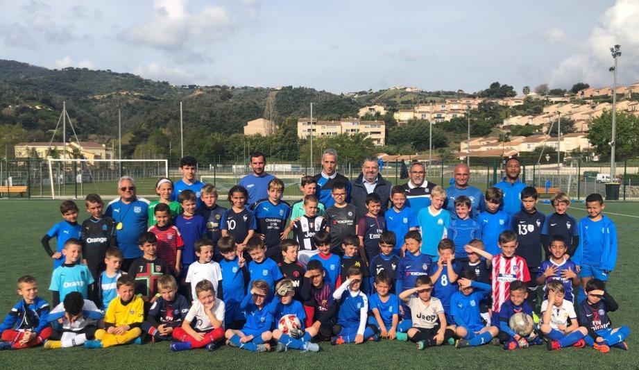 Laurent Balicco, Stéphane Ferrier et les jeunes pousses de l'US Pégomas sur le stade Gaston-Marchive.DR