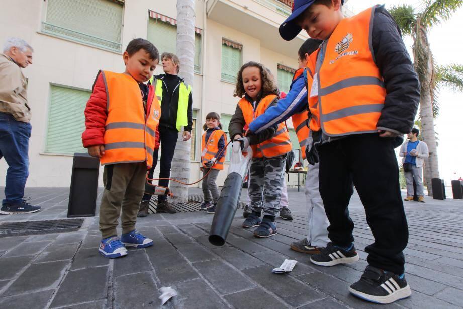 Les enfants testant le souffleur électrique.