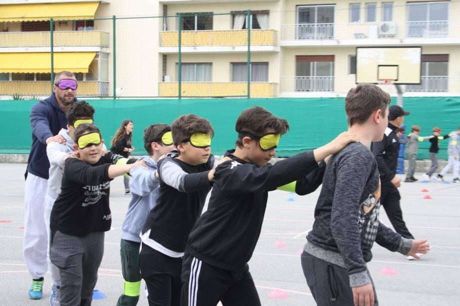 Parcours les yeux bandés sous la conduite d'un valide, l'esprit d'équipe est alors décuplé.