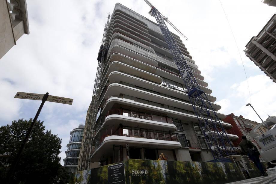 En construction à l'angle des avenues de la Costa et Princesse-Alice, la tour étroite et effilée qui attire l'œil doit être livrée en décembre prochain.