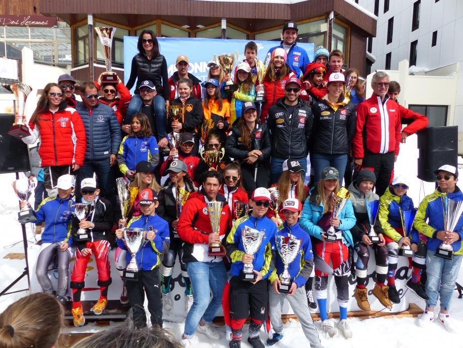 Les jeunes champions départementaux sur le podium d'Isola 2000,  entourés de leurs aînés internationaux, de dirigeants du ski régional et d'élus.