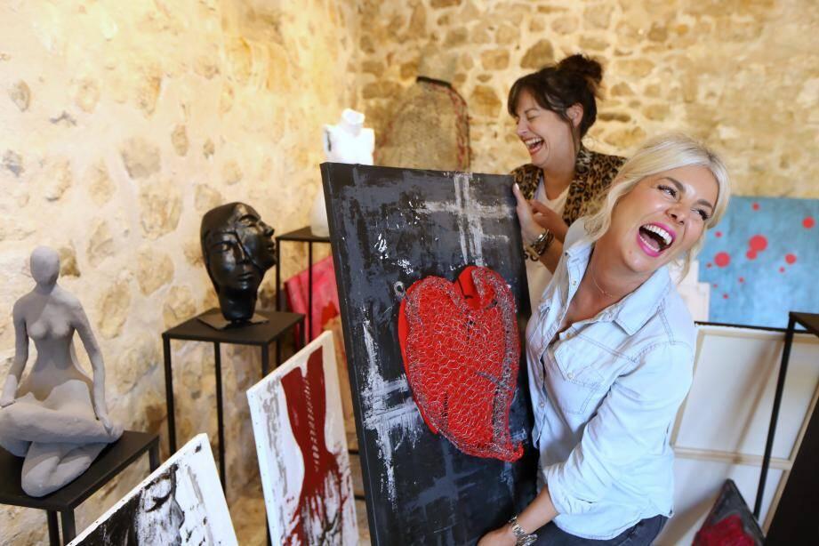 Avec leur exposition Femâle, les deux amies veulent partager leur vision de la femme « moderne, passionnée, pétillante, parfois pleine de couleurs, mais par moment en noir et blanc »