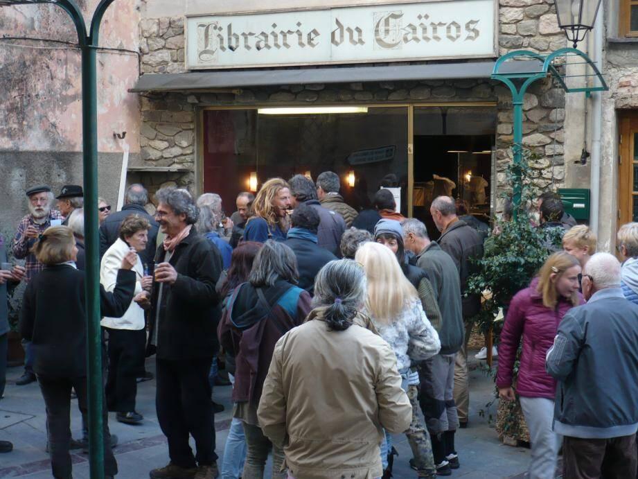 Véronique et Olivier ont offert le pot de bienvenue devant la librairie du Caïros, qui fera aussi office de salon de thé.