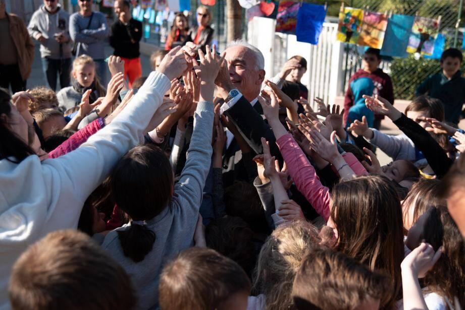 L'inauguration de l'opération a suscité l'enthousiasme des enfants pour acquérir un morceau du ruban bleu blanc rouge.