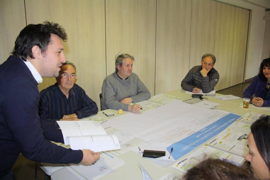 Dans le cadre de la concertation Roquefort 2030, les ateliers se déroulent en petits groupes à l'espace Charvet où chacun apporte sa contribution.