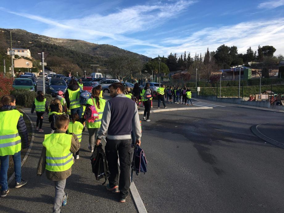 Avant les vacances, les élèves et quelques parents sont partis à pied du chemin de Fontcailloure pour rejoindre l'école de Gattières.