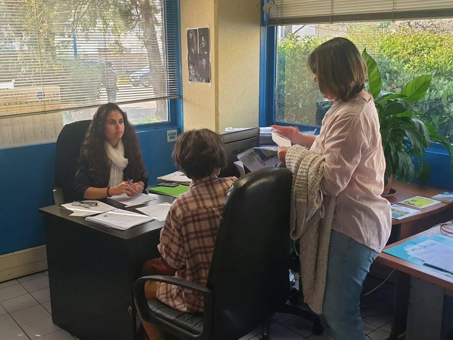 Les demandeurs, membres de la Mission, mais aussi lycéens et étudiants se sont succédé dans les bureaux. Sous l'œil attentif des parents...
