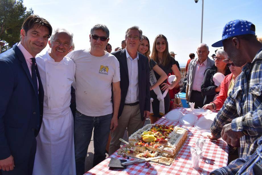 Devant un gâteau réalisé par Serge Noël, les Grassois ont célébré le quatrième anniversaire du marché hebdomadaire du cours Honoré-Cresp.