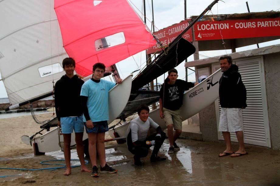 L'équipage mandolocien Axel Chapal, Lucas et Baptiste Royer, Romain Soyer avec, à droite, l'entraîneur du HRS Christophe Fabre.