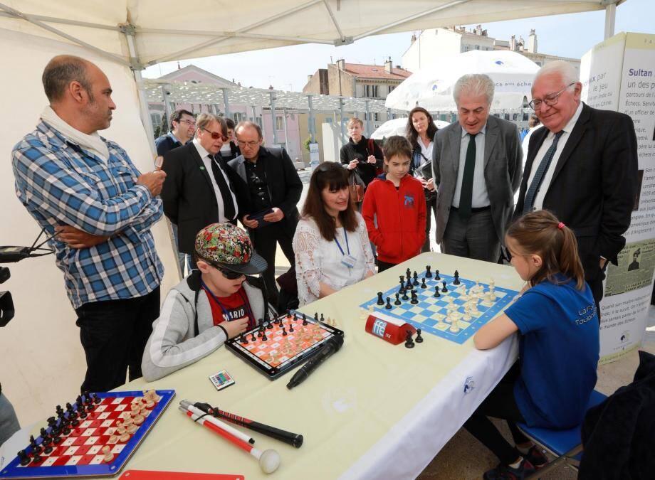 Sous les yeux du maire Jean-Pierre Giran et de Bachar Kouatly, président de la Fédération française d'échecs, une partie oppose Léa et Théo, ce dernier étant non-voyant.