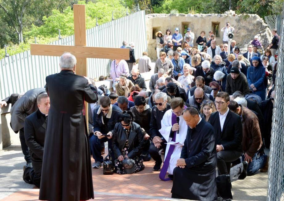 L'archevêque a mené, hier midi, le parcours du chemin de croix de la place d'Armes à la cathédrale. Le soir, au balcon du palais,  la famille princière a assisté à la procession nocturne.