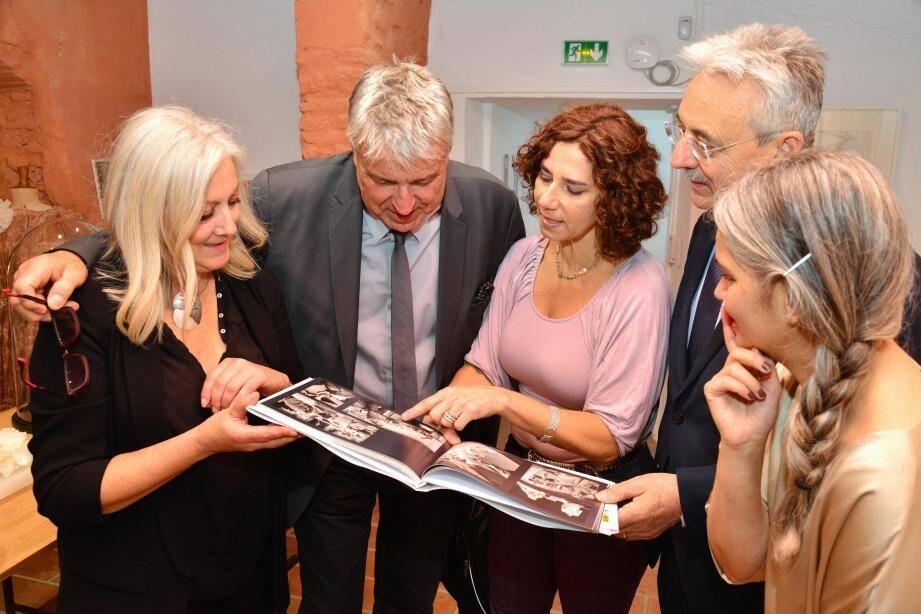 C'est dans la Crypte, place du Château au Haut-de-Cagnes, que le maire a remis, en présence de l'adjoint Roland Constant, ce livre de photos à trois artistes hors du commun : Véronique Pepin, Esty Grossman et Alice Magnin.