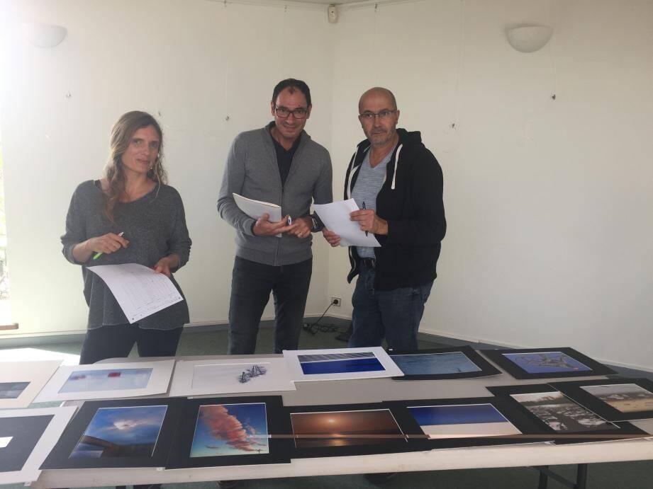 Le jury se consulte pour choisir les photos gagnantes. De gauche à droite : Cécile Alfonsi, Olivier De Lecluse, Serge Martiano ( Photo Pa.D)